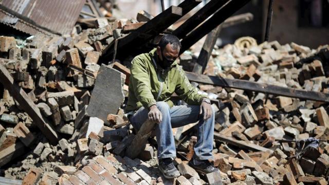 Au milieu des ruines de sa maison, un sinistré de Katmandou totalement désemparé - REUTERS/Adnan Abidi